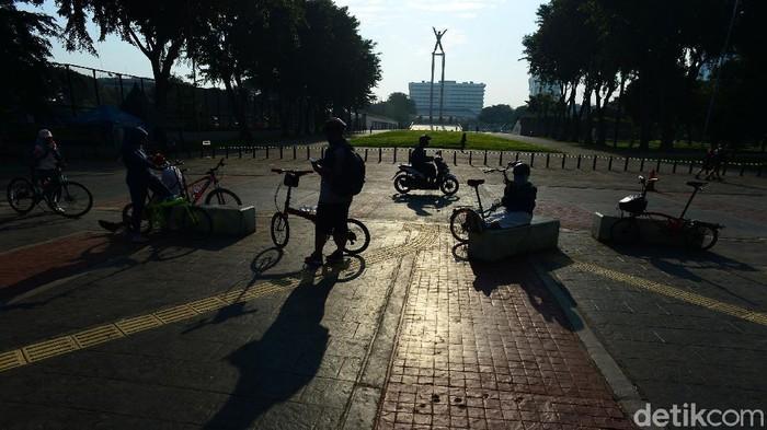 Warga melakukan Olahraga pagi di Lapangan Banteng, Jakarta, Sabtu (13/6/2020). Hari ini merupakan Hari pertama pembukaan lapangan Banteng untuk Umum setelah ditutup beberapa pekan karena pandemi Corona.