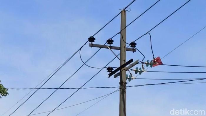 layang-layang nyangkut di kabel listrik