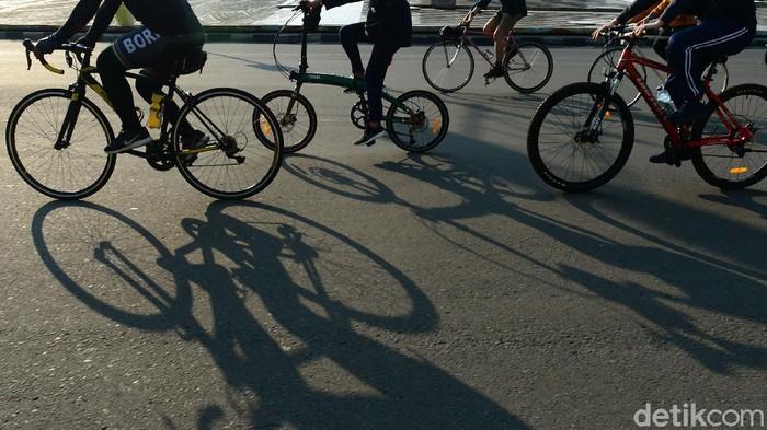 Para pesepeda baik perorangan maupun rombongan melintasi jalan Sudirman-Thamrin, Jakarta, Sabtu (13/6/2020). Penggunaan sepeda untuk berolahraga dilaporkan meningkat saat new normal. Kecenderungan tersebut diperoleh dari naiknya penjualan sepeda di sejumlah kota pada beberapa pekan terakhir.