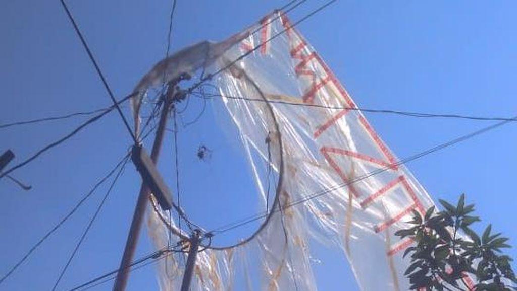 Sebuah Balon Udara Jatuh dan Tersangkut di Tiang Listrik Bantul