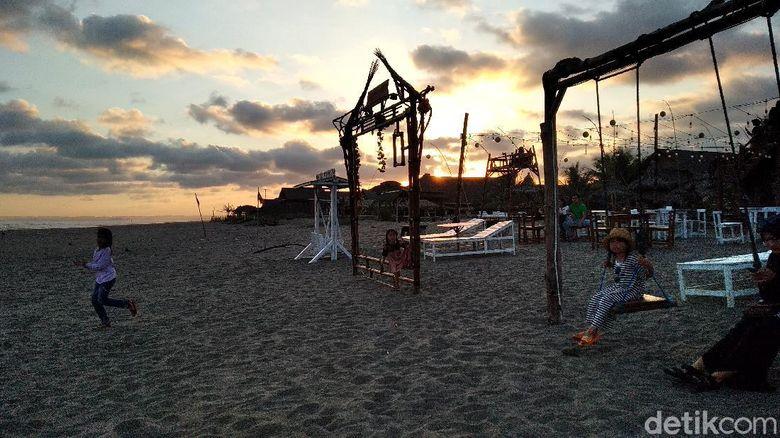 Kawasan Kampung Turis pantai Pangandaran mulai berbenah. Pengunjung mulai berdatangan kendati Pemda setempat memberlakukan peraturan yang cukup ketat