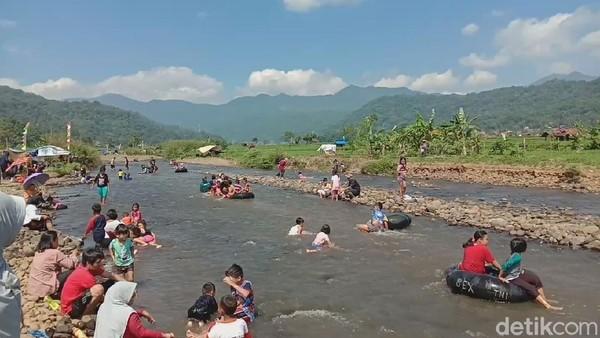 Objek wisata tersebut saat ini dinamakan Objek Wisata Air Cihonje atau warga setempat menyebutnya Cihonje Water Park, sebab aliran sungai yang jernih ini memang aliran Sungai Cihonje (Muhamad Rizal/detikcom)