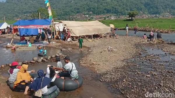 Selain itu, di masa adaptasi kebiasaan baru (AKB), pihak desa setempat menerjunkan petugasnya untuk mengawasi setiap pengunjung yang datang agar tetap diingatkan untuk menerapkan protokol kesehatan (Muhamad Rizal/detikcom)