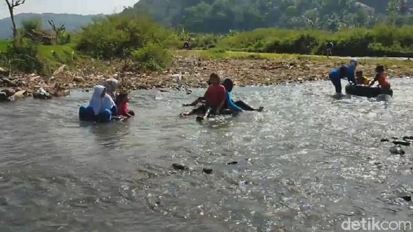 Meski terbilang dadakan, objek wisata ini sudah banyak menarik wisatawan dari luar desa yang ingin berwisata ke tempat tersebut karena ingin melihat secara langsung keindahan air Sungai Cihonje ini (Muhamad Rizal/detikcom)