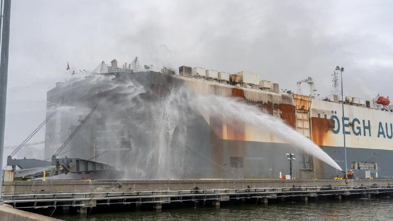 Kapal Kargo terbakar, ribuan mobil meleleh