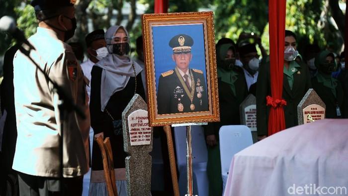 Jenazah mantan KSAD Pramono Edhie Wibowo dimakamkan di TMP Kalibata, Jakarta Selatan. Pramono Edhie dimakamkan dengan proses pemakaman militer.