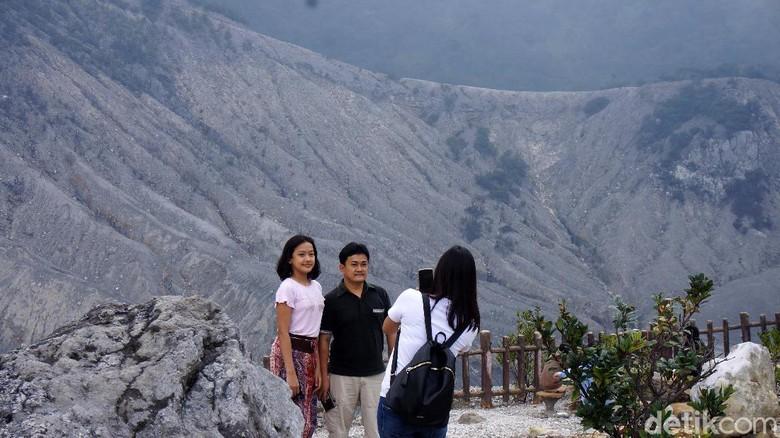 Wisatawan mulai berdatangan keTaman Wisata Alam (TWA) Gunung Tangkuban Parahu, Lembang, Bandung Barat. Objek wisata ini resmi dibuka pada Sabtu (13/6/2020).