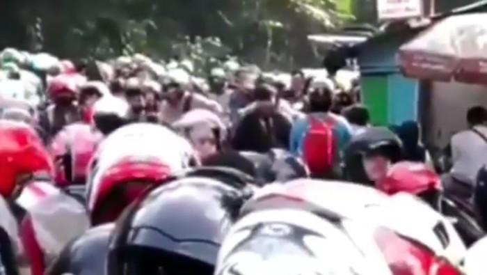 Video: Jalur Puncak Bogor Macet Parah!