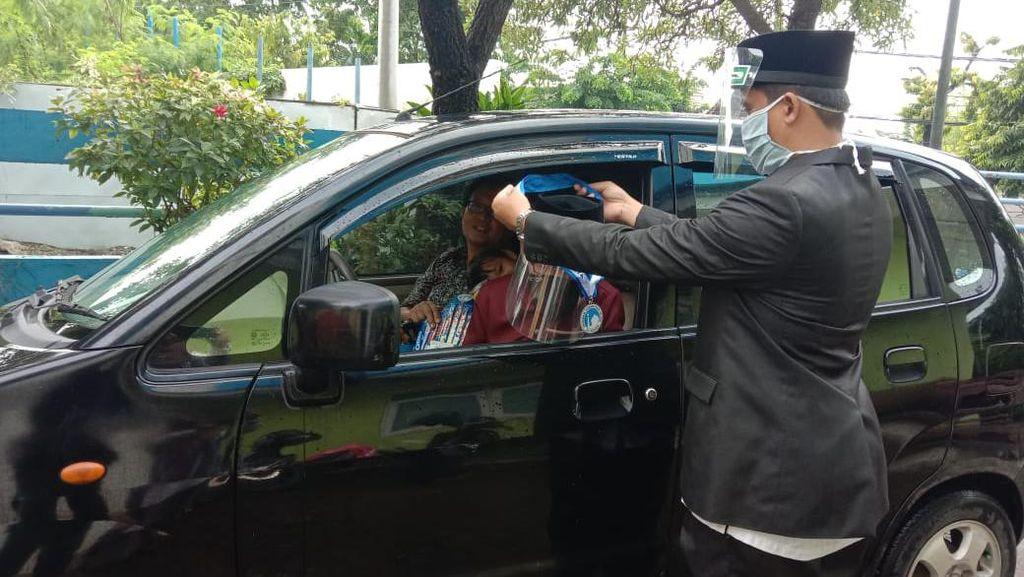 SD Islam di Surabaya Ini Wisuda Drive Thru di Tengah Pandemi COVID-19