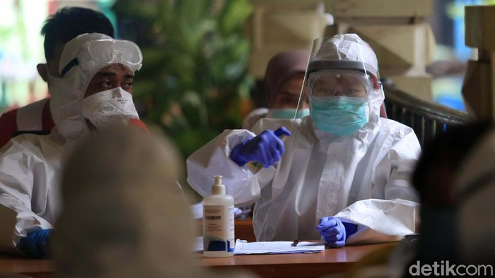 Sebanyak 200 pegawai dari berbagai instansi di lingkungan Kecamatan Senen menjalani test swab. Hal ini dilakukan guna mencari orang tanpa gejala yang terjangkit COVID-19.