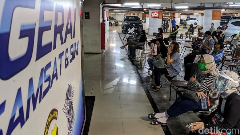 Di hari pertama pembukaan, gerai Samsat dan SIM di Lippo Mall Puri langsung padat. Antrean bahkan mengular panjang.