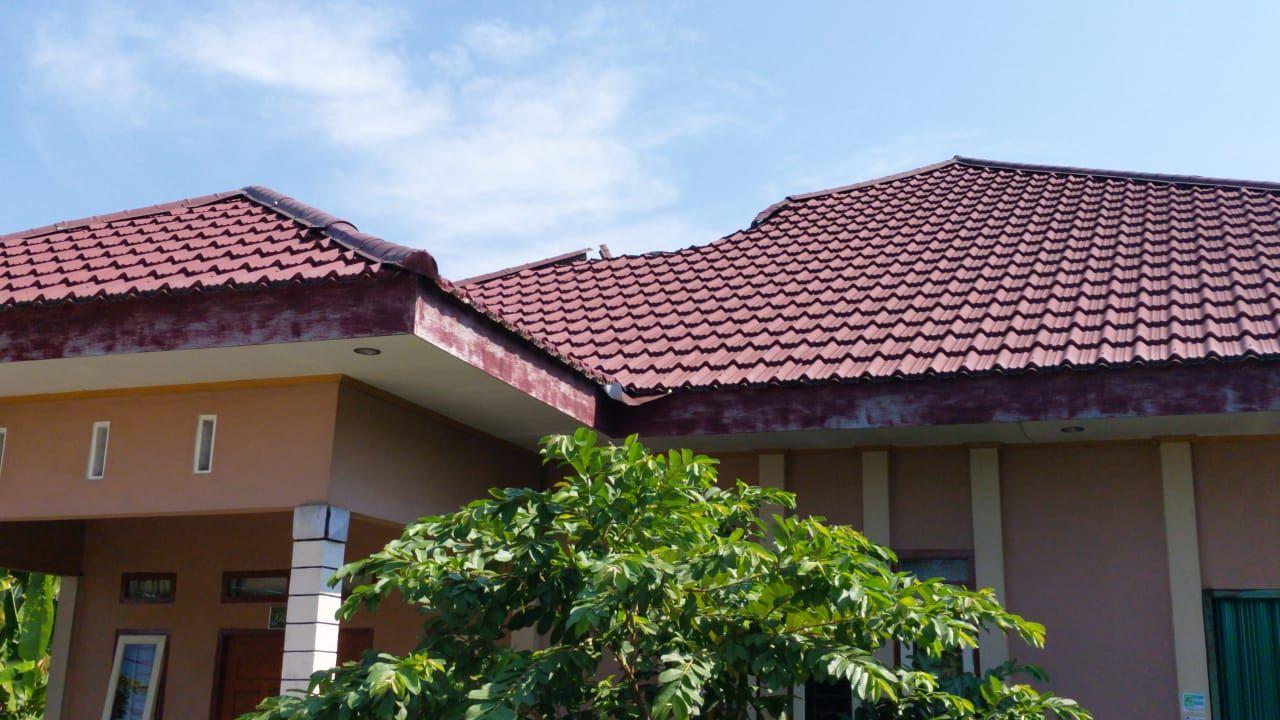 Atap rumah di dekat pesawat tempur jatuh di Riau (Chaidir-detikcom)