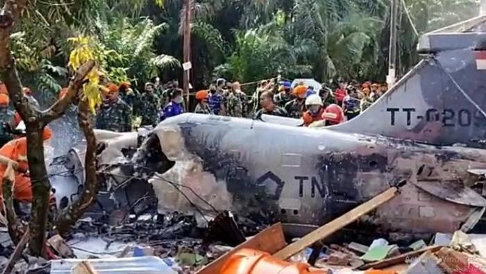 Bangkai pesawat tempur jenis Hawk 200 milik TNI yang jatuh di Kampar, Riau.