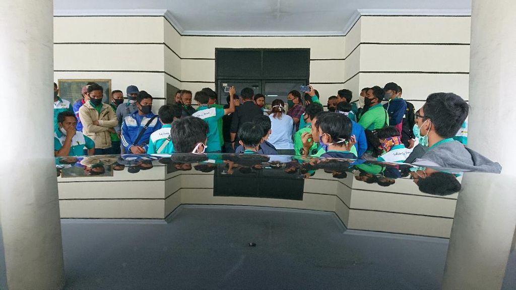 Puluhan Buruh di Cilegon Geruduk Kantor Wali Kota, Ngadu Di-PHK Sepihak