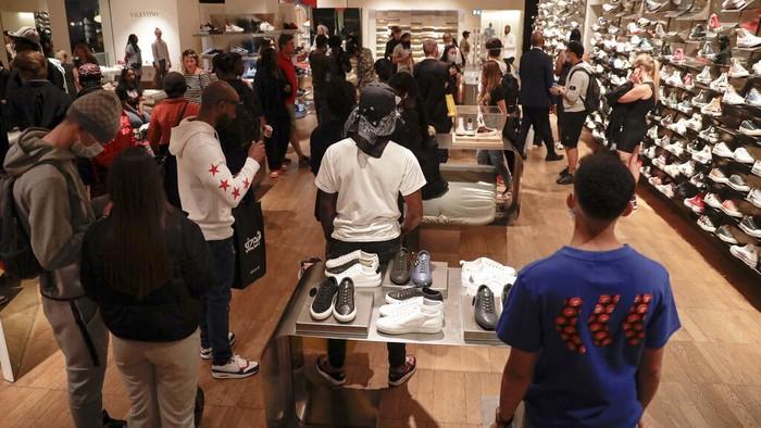 Sejumlah toko di Inggris kembali dibuka untuk umum. Warga pun menyambut ceria pembukaan  toko itu. Yuk, lihat ekspresi warga Inggris saat belanja di toko lagi.
