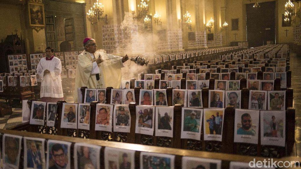Deretan Foto-foto Korban Corona Ditempel di Gereja Peru