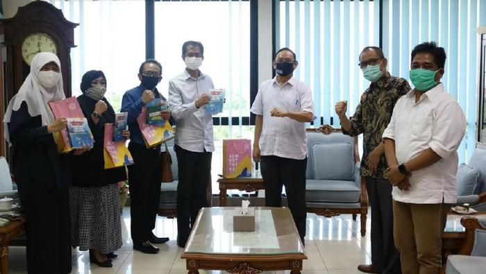 DPRD Surabaya menyampaikan apresiasi dan rasa terima kasih kepada Universitas Airlangga (Unair). Sebab selama ini Unair telah berkiprah luar biasa dalam membantu penanganan COVID-19 di Kota Pahlawan.