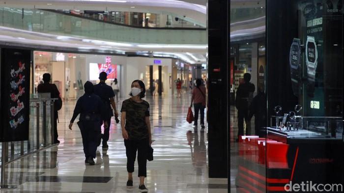 Sejumlah pengunjung tampak berdatangan ke Lippo Mall Puri yang kembali dibuka untuk umum. Para pengunjung tampak memakai masker saat beraktivitas di dalam mal.