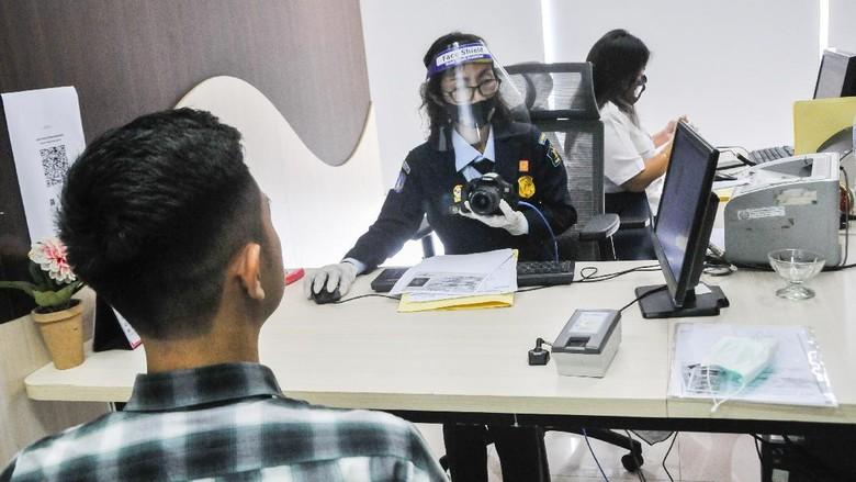 Kantor Imigrasi kembali membuka pelayanan pembuatan paspor di berbagai wilayah Indonesia hari ini, Senin (15/6/2020).