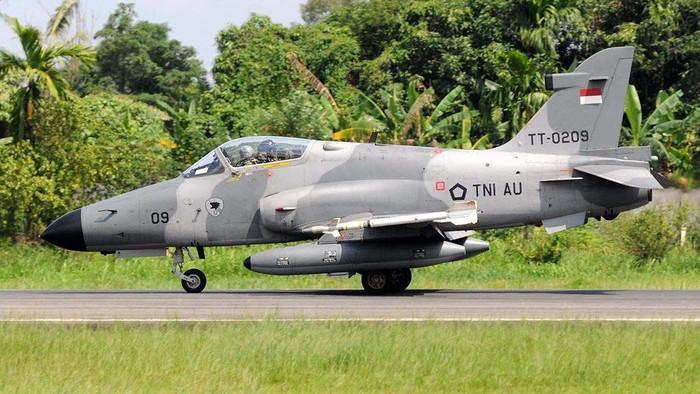 Pesawat tempur TNI AU jenis Hawk 200 dengan nomor registrasi TT 0209 H jatuh di Kampar, Riau, Senin (15/6). Ini potret pesawat Hawk 200 TT 0209 H sebelum jatuh.