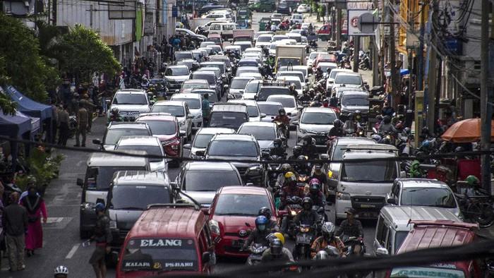Suasana antrean kendaraan yang melintas di depan kawasan Pasar Baru Trade Centre Bandung, Jawa Barat, Senin (15/6/2020). Sejumlah ruas jalan Kota Bandung mulai terlihat mengalami kenaikan volume kendaraan dengan dibukanya kembali sejumlah pusat perbelanjaan dan Mal serta diberlakukanya PSBB Proporsional untuk adaptasi keadaan Normal Baru pandemi COVID-19 . ANTARA FOTO/Novrian Arbi/pras.