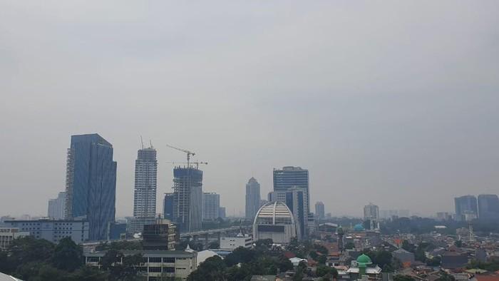 Langit Jakarta berwarna abu-abu pada Senin (15/6) pagi.
