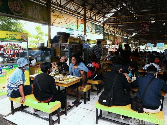 New Normal, penjualan makanan di kantin umum di kawasan pusat perkantoran, di Jalan Rasuna Said, Kuningan, Jakarta, Senin (15/6), kembali dibuka. Begini potretnya.