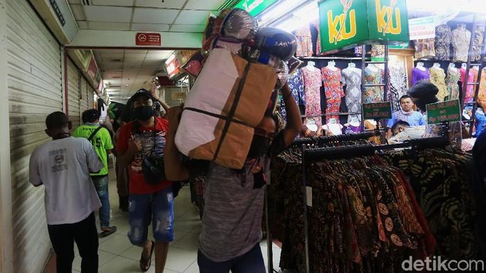 Pasar Tanah Abang resmi dibuka kembali, Senin (15/6/2020). Sebelumnya pasar tersebut tutup karena pembatasan sosial berskala besar (PSBB) di DKI Jakarta.