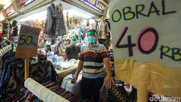 Sejumlah pedagang kembali dapat beraktivitas di Pasar Tanah Abang, Jakarta, Senin (15/6/2020). Aktivitas jual beli kembali dibuka resmi mulai hari ini. Meski dengan penerapan ganjil genap mereka tetap bersyukur karena dapat kembali berjualan.