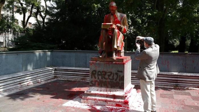 Patung Indro Montanelli jadi sasaran vandalisme di Milan, akhir pekan lalu. Sang wartawan legendaris asal Italia itu dianggap sosok yang rasis dan kontroversial