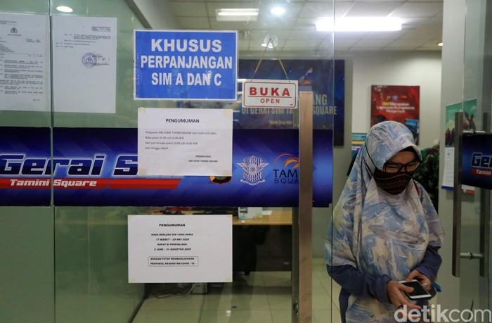Warga mengantri membuat SIM di Gerai SIM Tamini Square, Jakarta Timur, Senin (15/6/2020). Mulai hari ini gerai pelayanan sim di mall telah dibuka dengan batas quota 100 orang perhari dengan menerapkan protokol kesehatan.
