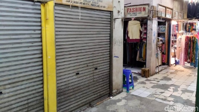 Pemprov DKI Jakarta sudah mengizinkan pasar non pangan buka mulai hari ini. Pemprov juga memberlakukan kebijakan ganjil genap di setiap kios. Artinya, kios yang bernomor ganjil cuma boleh buka di tanggal ganjil, begitupun sebaliknya. Hal ini juga berlaku di Pasar Pondok Labu, Jakarta Selatan, Senin (15/6/2020).