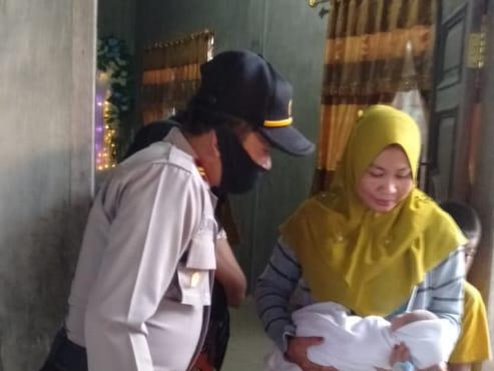 Penemuan bayi di depan rumah warga Aceh Timur (dok. Istimewa)