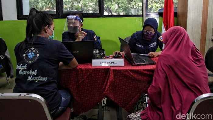 Posko Penerimaan Peserta Didik Baru (PPDB) di SMPN 30 Jakarta Utara, resmi dibuka. Posko ini menerapkan protokol kesehatan saat melayani warga.