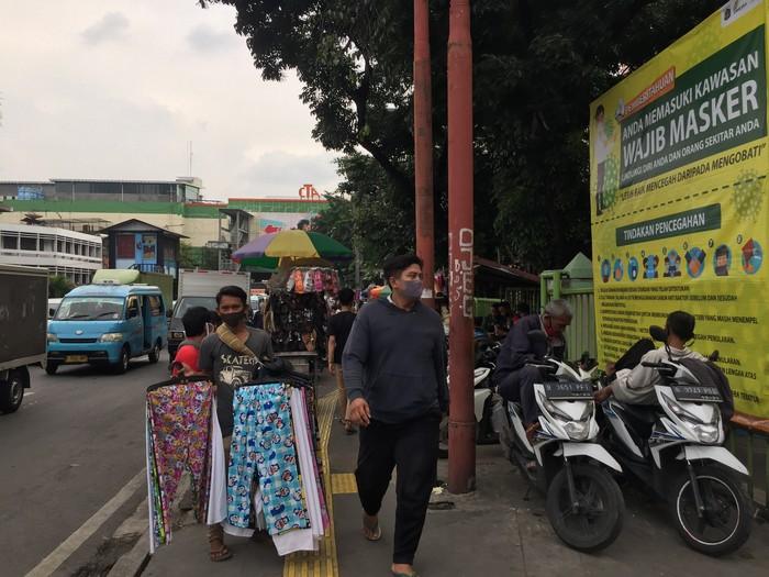 PKL dan Pemotor Padati Trotoar Pasar Tanah Abang