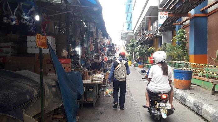 PKL di depan pintu masuk Pasar Jatinegara, Jakarta Timur.