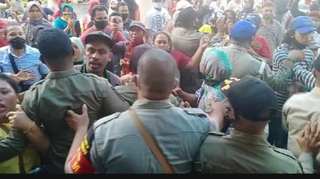 Demo Tolak Relokasi Ricuh, PKL Pasar Mardika dan Satpol PP Saling Dorong