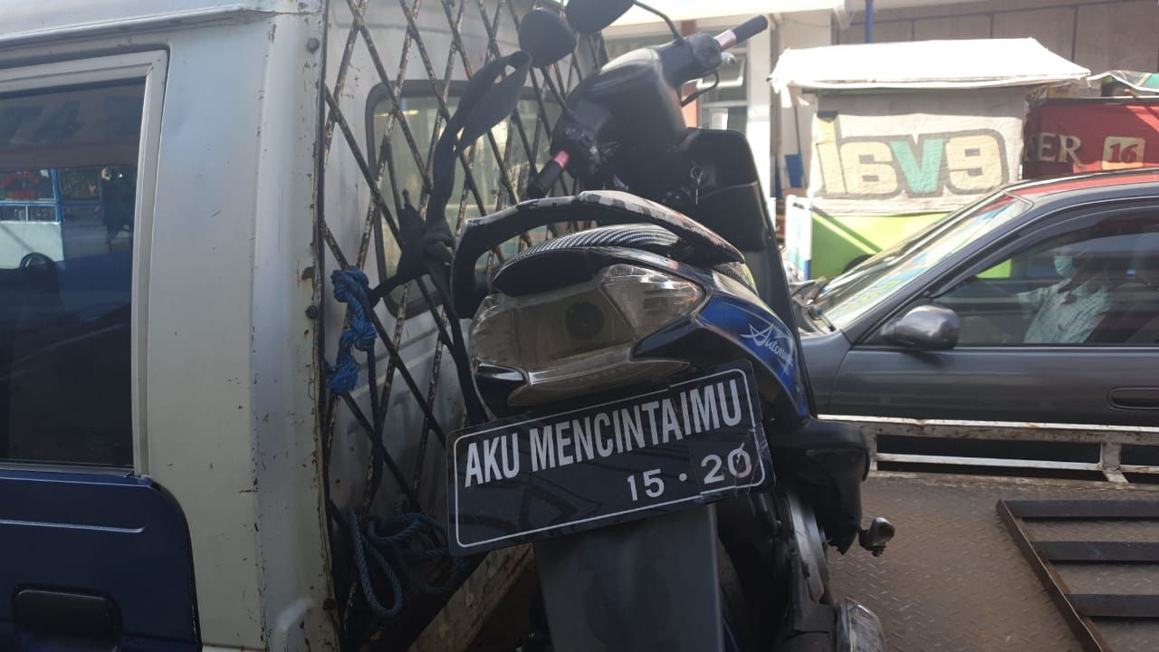 Polantas Tilang Motor Berpelat 'AKU MENCINTAIMU'
