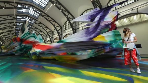 Katharina Grosse menyulap stasiun kereta di Hamburger Bahnhof menjadi museum seni kontemporer dengan mengambil tema It Was Not Us.