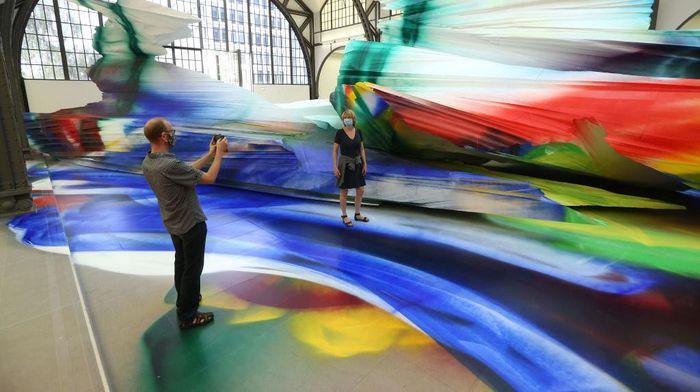 Seniman asal Jerman, Katharina Grosse, menyulap stasiun kereta di Hamburger Bahnhof menjadi museum seni kontemporer. Penasaran?