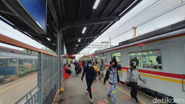 Stasiun Bekasi, 15 Juni, pagi. (Isal M/detikcom)