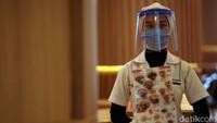 Tak hanya pengunjung, para pegawai pun diimbau untuk mengenakan masker dan face shield atau pelindung wajah saat beraktivitas di dalam mal.