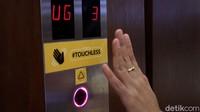 Penerapan protokol kesehatan turut diterapkan di lift. Tombol lift pun diganti dengan mengandalkan teknologi sensor untuk meminimalkan sentuhan.