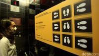 Kapasitas pengunjung di dalam lift pun dibatasi hingga 9 orang.