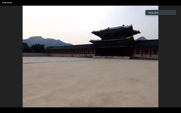 aat kami memasuki kawasannya hanya bisa mencapai gerbang pertama saja, bernama Hongryemun Gate. Karena kita tidak bisa memasuki area utama istana Gyeongbok, kami diarahkan ke Gwanghwamun Gate. Sebagai catatan, persiapan koneksi internet yang mumpuni agar pengalaman virtual tur lebih puas.