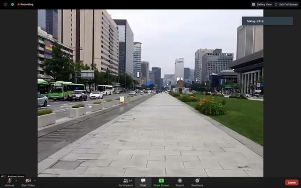 Lalu, kita diajak menyusuri Gwanghwamun Square. Inilah area yang sering dijadikan latar syuting drakor (drama korea) terkenal.Di lokasi ini terdapat Patung Raja Sejong yang menciptakan huruf Korea, sebelumnya mereka menggunakan huruf Mandarin.