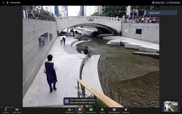 Di akhir perjalanan, kita diajak ke Cheonggye Stream, sungai paling ikonik dan paling ramai oleh wisatawan di kota Seoul. Ridwan Kamil terinspirasi dan akan menerapkannya ke Kalimalang dan ada kembarannya juga di Bali.