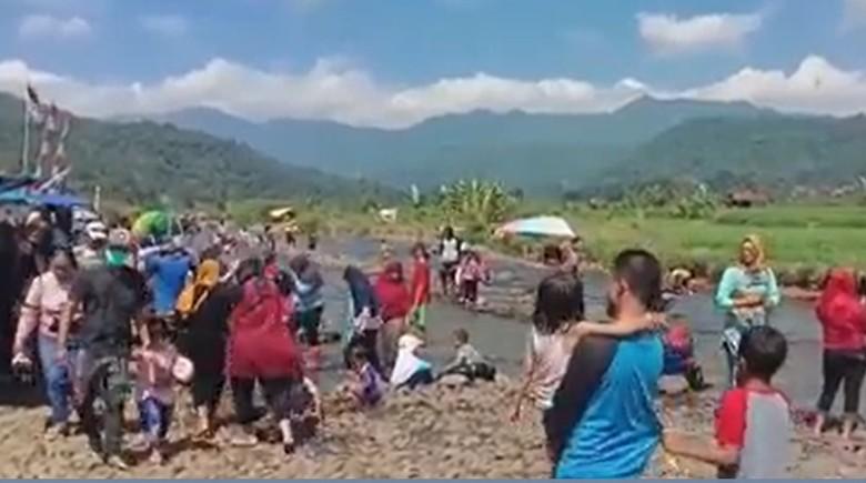 Objek wisata air Cihonje di Sumedang viral di media sosial dan menarik minat masyarakat untuk berkunjung. Kini ramai dikunjungi warga, pihak desa setempat pun mengaku terus mengimbau wisatawan untuk menerapkan protokol kesehatan seperti jaga jarak dan memakai masker.