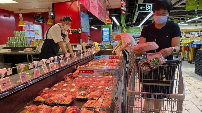 Otoritas China menutup sementara 11 pasar di Beijing dalam upaya melacak cluster penularan baru virus Corona (COVID-19).