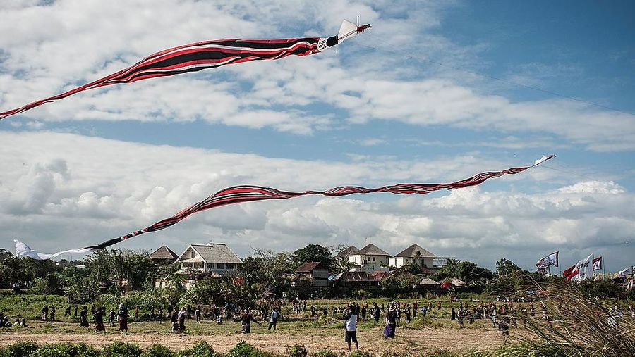 NANTONG, CHINA - SEPTEMBER 20: (CHINA OUT) People fly kites on the 16th China-Rudong International Kites Festival at Yangkou tourism resort on September 20, 2015 in Nantong, Jiangsu Province of China. 265 participants from foreign countries and domestic in 46 teams attended the event. (Photo by VCG/VCG via Getty Images)